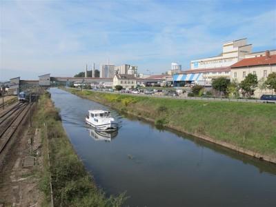 Canal, voie de chemin de fer et usine des Salins du Midi et Salins de l'Est