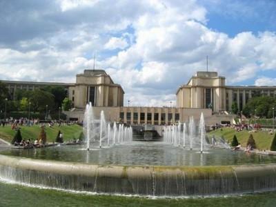 Le palais de Chaillot vu des jardins du Trocadéro (source: paris1900.lartnouveau.com)