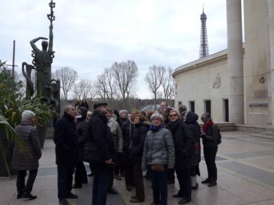 Près du palais de Tokyo , le groupe des Cafés géo, Tokyo très attentif aux propos éclairés de la conférencière Sylvie Gazannois (cliché de Daniel Oster)