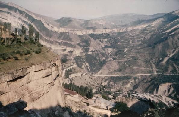 Fig. 4 - - Panorama pris au-dessus de Gounib: → vue sur le dispositif synclinal, corniche sommitale des calcaires barrémiens.(Cliché J.N. 1982, publié en noir dans Méditerranée, n° 2.3 1987, p. 60).