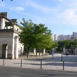 Parc Georges Brassens, entrée principale, 2015: le campanile est partiellement caché par des arbres; des logements sociaux ont été érigés au sud du parc, Cliché Denis Wolff