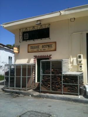 Un boulanger protège son bois, «Vieux boulanger, maison fondée en 1924»