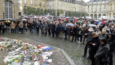 Recueillement et émotion à Rennes, place de le mairie, lundi 16 novembre à midi (www.ouestfrance.fr)