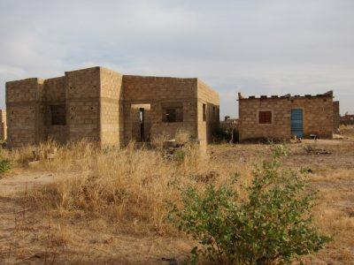 Riche villa à côté d'une case de sinistré