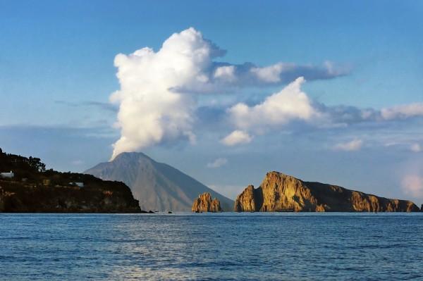 Vue sur le volcan Stromboli avec son panache de nuages au sein de l'archipel des îles Eoliennes.