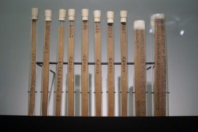 Tablettes inscrites (bois et encre) découvertes en 1974 sur le site d'un fort dans la province du Gansu (Musée des tablettes inscrites du Gansu)