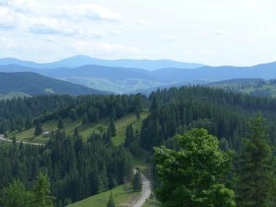 Paysage de moyenne montagne visible du col de Prislop situé à plus de 1400 m d'altitude. Ici les Carpates orientales séparent le Maramures (plus loin à l'horizon) et la Bucovine. (cliché Daniel Oster, juin 2015)